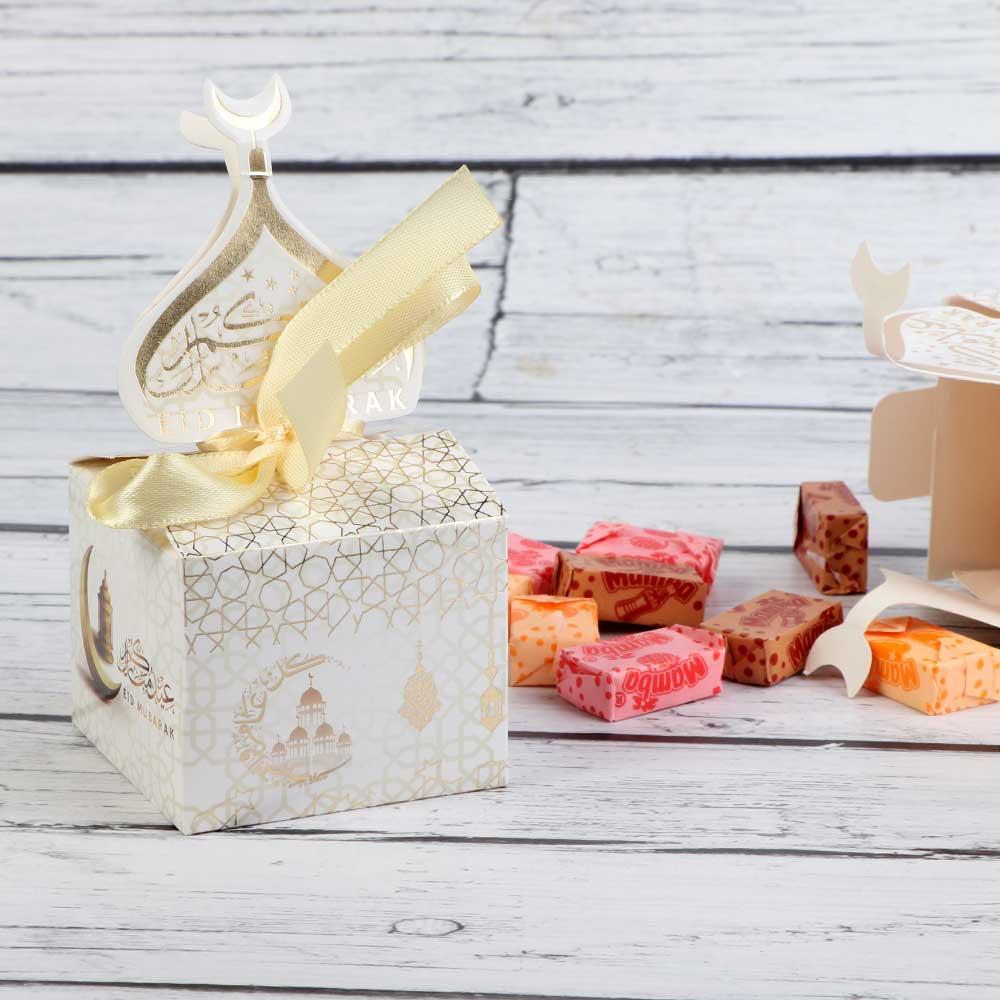 علبة توزيعات للعيد باللون الأبيض و الذهبي بعبارة عيد مبارك متجر 15 وأقل