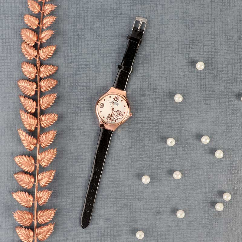 Elegant and distinctive wrist watch with a shiny black leather strap with a modern design متجر 15 وأقل