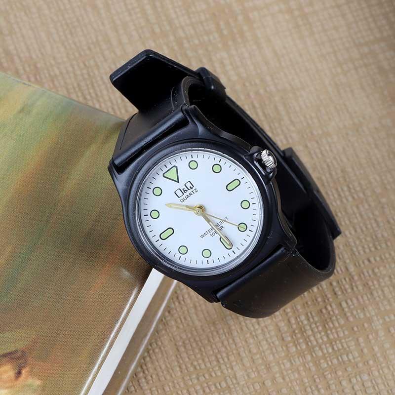 ساعة يد عملية كاجوال بسوار اسود و قرص بمؤشرات مضيئة ليلاً بخلفية بيضاء متجر 15 وأقل