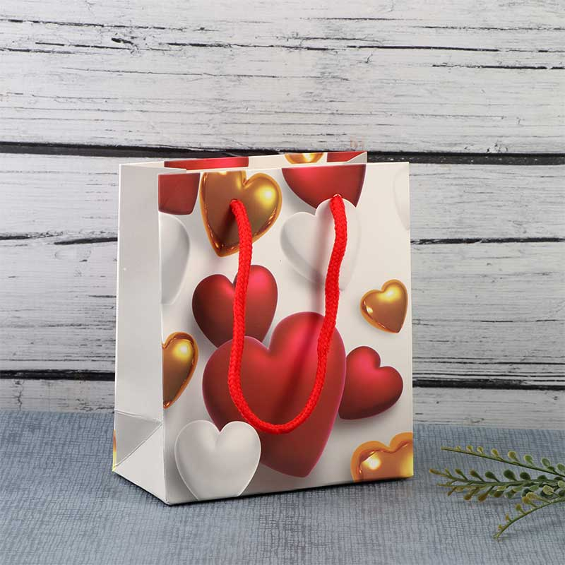 كيس هدايا صغير بتصميم رسوم قلوب حمراء وذهبية متجر 15 وأقل