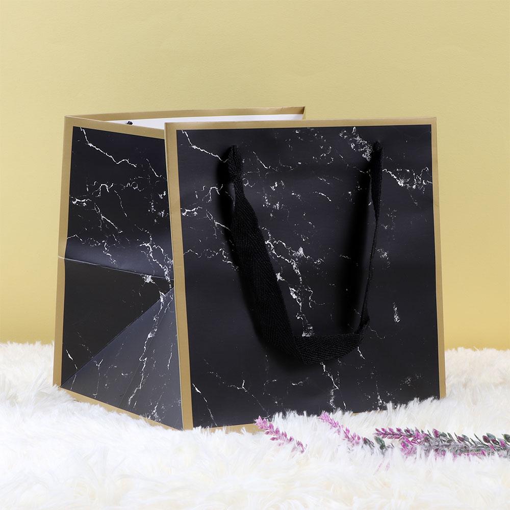 كيس للهدايا وللتوزيعات بلون أسود متوسط الحجم على شكل رخام متجر 15 وأقل