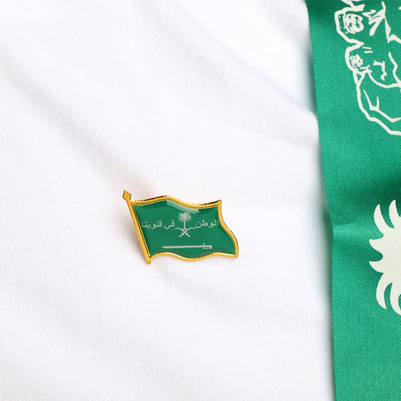 Brooch - Clothing Pin With Saudi Flag And Homeland In Our Heart - White With Gold Edges 1 Pc متجر 15 وأقل